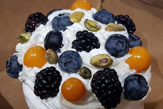 К «Анне Павловой» претензий нет, только респект за ягоды и фисташки, украшающие десерт