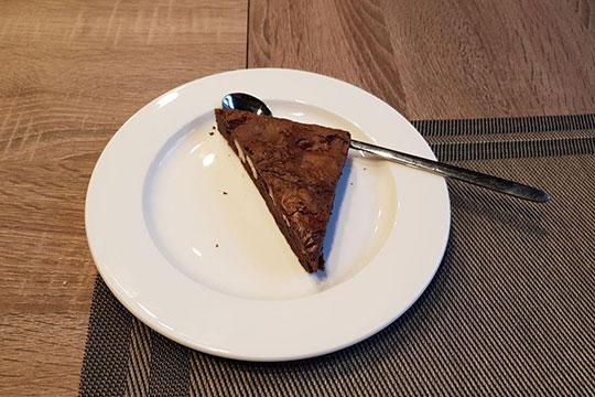 С подачей Брауни не стали заморачиваться. Треугольный кусок этого классического шоколадного американского пирога просто кинули на тарелку так, что от него отлетели крошки, и сунули в микроволновку разогреваться
