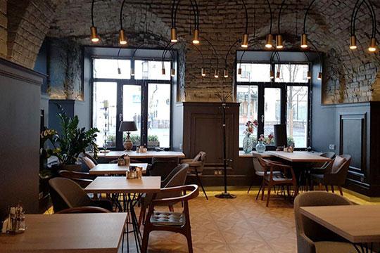 В кафе выдержан спокойный строгий почти кабинетный стиль в мягкой серо-коричневой гамме