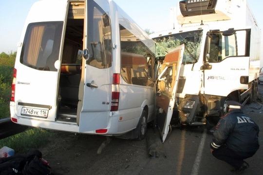 В мае 2015-го микроавтобус Mercedes, перевозивший изКазани вСанкт-Петербург спортсменов-каратистов, лоб влоб столкнулся сгрузовикомMAN