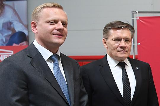 Павел Серватинский (слева)зачитал приветствие отДениса Мантурова:«Вам удалось построить эффективное предприятие, которое посвоим характеристикам соответствует самым высоким требованиям»