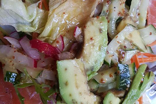 Изнанка салата с лососем - пятнистый авокадо и коричневая зелень