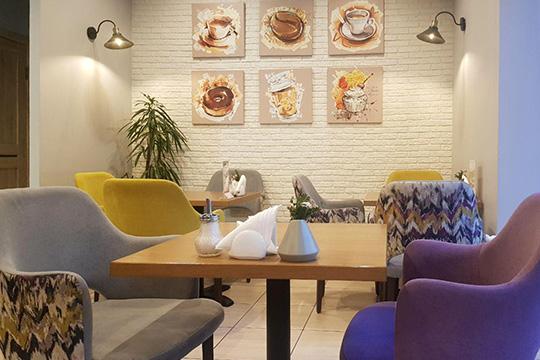 Оформление довольно бесхитростное, номилое: сабажурами, рисованными кофейными постерами ихромированно-деревянной вешалкой