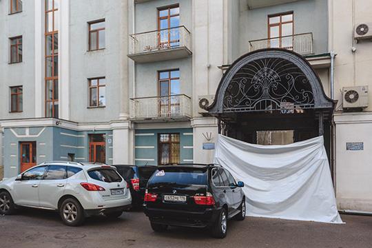 Помещения на улице Жуковского (включая винный бутик), как и положено по закону, с обременением в виде аренды в мае нынешнего года купил на торгах индивидуальный предприниматель Евгений Олесюк