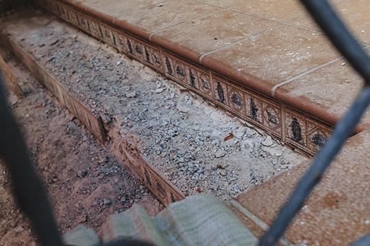 Прежний владелец выложил ступени крыльца бутика дорогой, не скользящей плиткой (специально, чтобы по ней без опаски можно было ходить зимой)