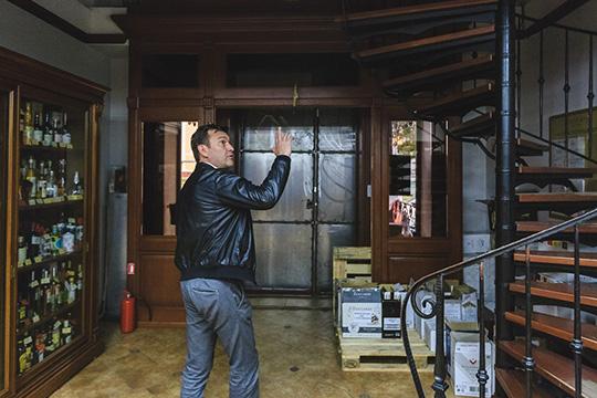 «Что касается второго этажа, собственник просил обеспечить ему туда круглосуточный доступ через наши помещения, — рассказывает Давлетгараев. — Он якобы будет сдавать его в аренду»