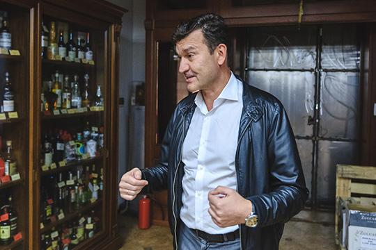 Выбор у Давлетгараева невелик: либо подписать крайне невыгодный на его взгляд договор аренды, либо подыскивать для своего магазина новое место