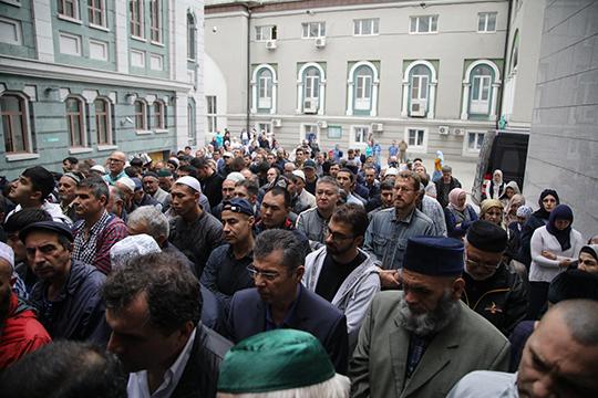Водворе мечети становилось все более многолюдно. Авполдень мужчины отправились нанамаз, после которого началось официальное прощание