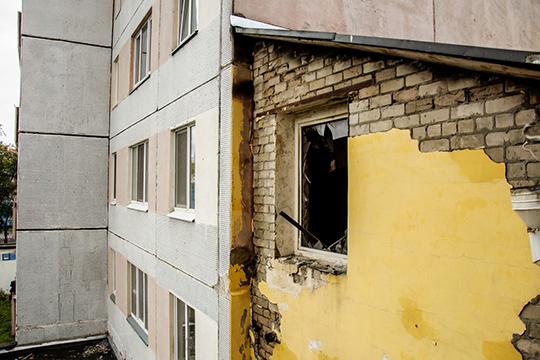 Водном издомов издеревянных рам вылетели боковые балконные стекла надвух этажах, неболее того