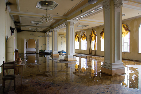 Здание ресторана «Арарат», похоже, доступно для восстановления. Огонь коснулся лишь мансардного этажа, ниже по-прежнему хранятся мебель, оборудование идаже картины
