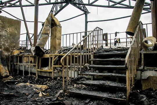 После пожара откровли ресторана остался один остов, мансардный этаж черен, нооба основных этажа совершенно непострадали отогня— лишь отводы. Разрушения коснулись только фальшпотолка внекоторых комнатах
