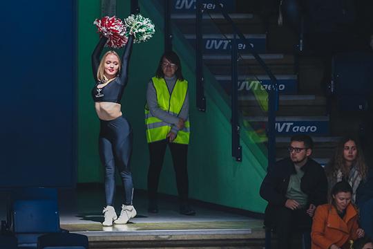 Ведущие «Ак Барс ТВ» Махмуд Аракаев и Зухра Уразбахтина провели выпуск в чёрных костюмах, а девушки из группы поддержки первый и третий период танцевали в чёрных платьях