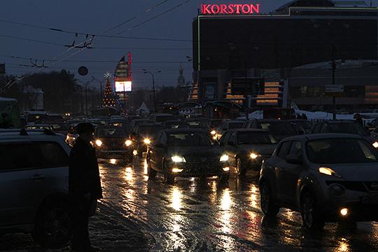 «Из 17 ДТП, которые произошли за сутки по республике, 10 наездов на пешеходов! Сейчас ночью дорога и обочина — черные, фары заляпаны грязью, человек в черном идет — его не видно»