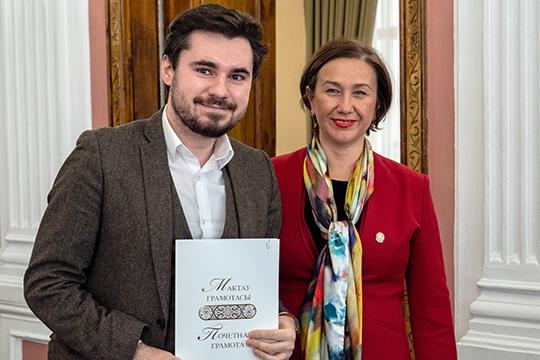 В зале присутствовал молодой композитор Эльмир Низамов, который в свои 32 года уже стал автором многих произведений, которые нарасхват ставят в театрах