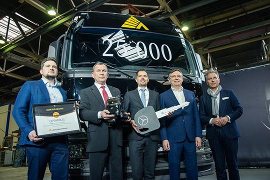 В 2008 году концерн Daimler AGприобрел 10% акций «КАМАЗ». Сумма сделки составляла четверть миллиарда долларов плюс 50 миллионов отложенного платежа втечение нескольких лет