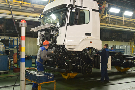 На КАМАЗе посчитали, что условия, которые предлагает партнер автогиганта«Даймлер», могут создать ситуацию, когда на завод кабин побегут устраиваться высококвалифицированные специалисты с других заводов