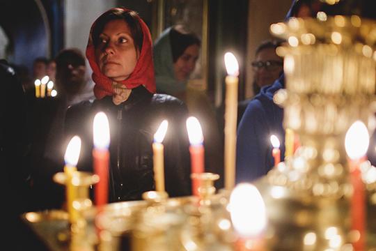 «Церковные свечи запрещается продавать лицам, обращающимся кслужителям темных сил, т.е. кколдунам, магам, экстрасенсам, чародеям ипсихотерапевтам»,— гласит табличка наограде одной изправославных церквей»