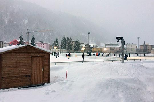 ВДавосе всю неделю очень много снега. Для столицы горнолыжного спорта Швейцарии это хорошо, ктомуже трудно представить рождественские каникулы без снега