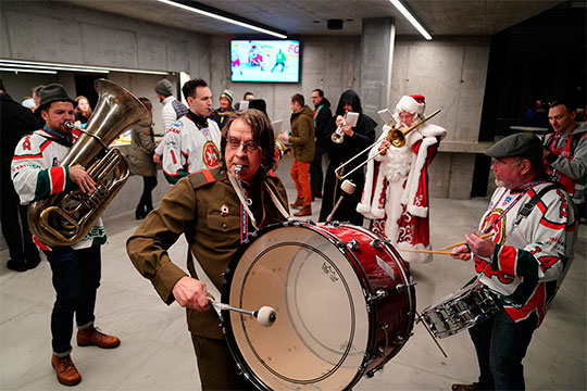 Занесколько часов доматча арена вДавосе превратилась втатаро-башкирский дом: пофойе гуляли музыканты вформе «АкБарса» иисполняли народные мелодии