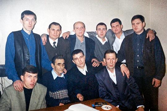 Радик Шафигуллин (сидит третий слева), известный как Чича, стал фигурантом уголовного дела вИркутской области
