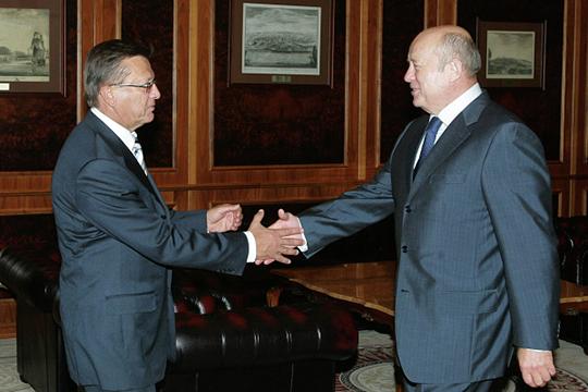 Виктор Зубков (слева) был назначен Путиным на пост премьера с поста руководителя Службы по финансовому мониторингу, а Михаил Фрадков (справа) — с поста посла РФ при Европейском союзе
