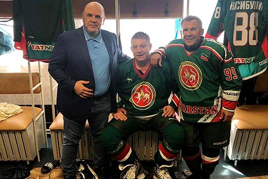 Выходил будущий премьер на лед и в Казани вместе с Рустамом Миннихановым