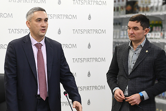 Ирек Миннахметов (справа) остается главным советником руководства «Татспиртпрома» и будет и дальше принимать участие в ее развитии