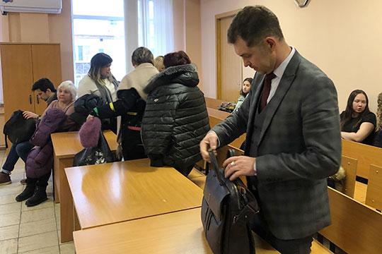 Адвокат Рамиль Ахметгалиев рассказал, что материальный ущерб в качестве последствий вовсе был исключен из объема обвинений Хайруллина, а это значит, что по его статье учитывать его необязательно