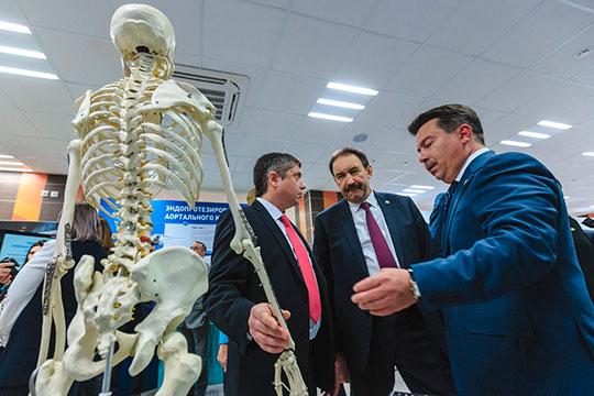 В этом году Марат Садыков больше рассказывал о достижениях — снижении смертности и росте выявляемости заболеваний, а также уменьшении числа онкологических заболеваний