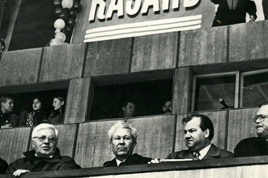 К своему головокружительному карьерному взлету до секретаря ЦК Гумер Усманов (в центре) относился весьма скептически