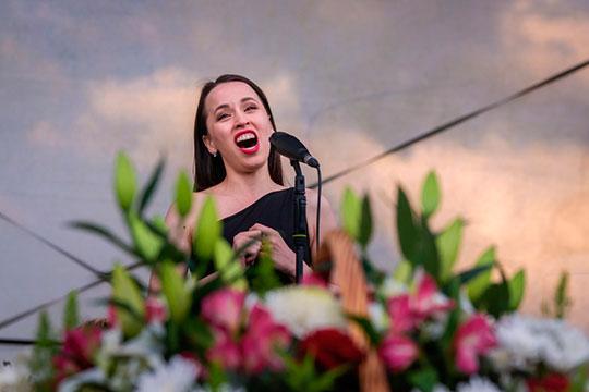 Участие Айгуль Хисматуллиной сделало общую беспомощность фестивального проекта еще более явной — у певицы не оказалось ни равных партнеров, ни добротной оркестровой поддержки