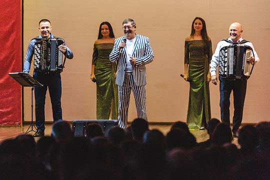 Народный артист Татарстана живо шутил, в том числе и про свой сценический костюм в полоску, мол, вы, наверное, напряжены, что я в этой робе, но сейчас спою еще одну песню и переоденусь