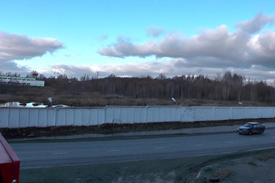 Участок расположен вдоль улиц Магистральная иТихорецкая,территория строго охраняется, огорожена белым бетонным забором изащищена колючей проволокой