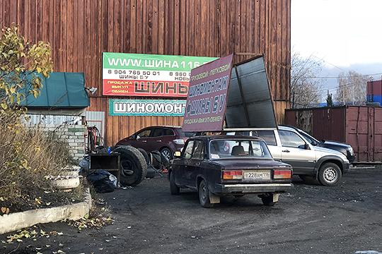 Отсероводородного запаха местные предприниматели спасаются двумя железными дверями, которыми закрывают свои магазины (восновном— автозапчастей) почти намертво