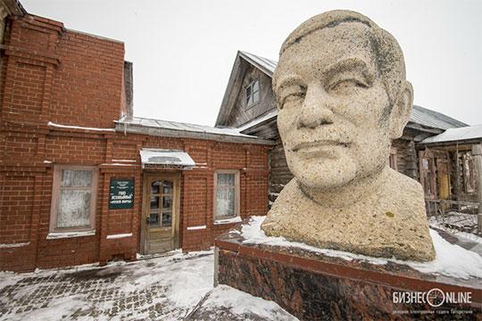 Валеев напомнил, что вовремя выездного заседания парламентарии предложили три варианта развития музея вКутлушкино: