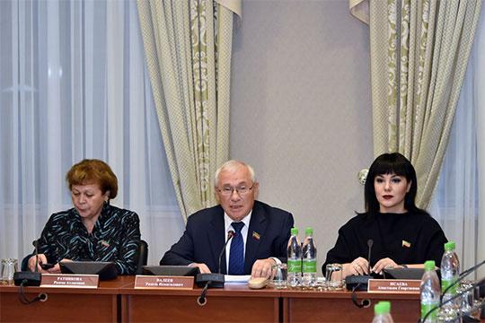Начиная заседание,Разиль Валеевнапомнил, что вконце октября депутаты совершили рабочую поездку вЧистопольский район, где вселе Кутлушкино посетили музейГаяза Исхаки
