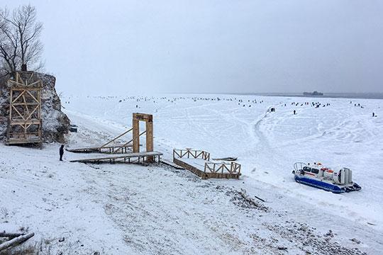 Поначалу Минниханов увлекся невоссозданнымнаберегу Камы (Ангары)трудовым поселением,асотнями рыбаков, которые вышли нанеокрепший лед