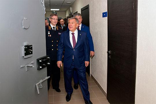 Для президента РТидругих гостей провели обзорную экскурсию: Рустаму Нургалиевичу показали комнаты приёма граждан, хранения спецсредств, дежурного и, разумеется, камеры ИВС испецприемник