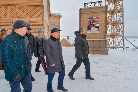 Сразу после посещения спецприемника вся делегация воглаве сМиннихановым отправилась насъемочную площадку фильма «Зулейха открывает глаза»