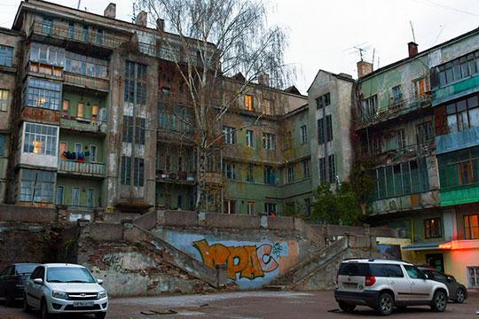 Намомент начала «аварийной» программы здесь были заняты 44 квартиры. Сейчас нерасселенными остаются 9, авсудах остаются иски кдвум семьям