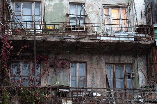 Мергасовский дом получил свое название от улицы, где он построен, — один из фасадов выходил на улицу Мергасова. Этот дом возвели в 1928 году в стиле конструктивизма