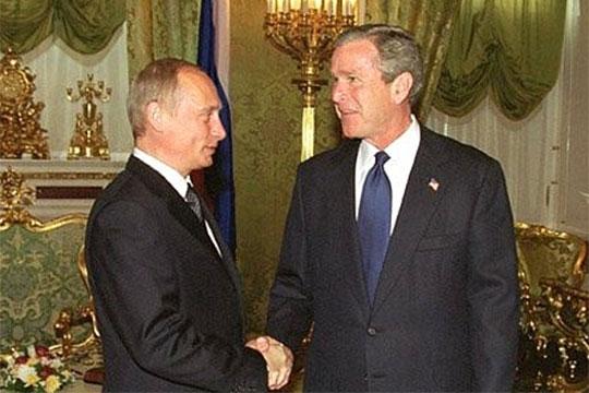 Владимир Путин оказался интеллектуально наголову выше Буша-младшего. Российский президент умело построил свою игру иочень искусно еевел