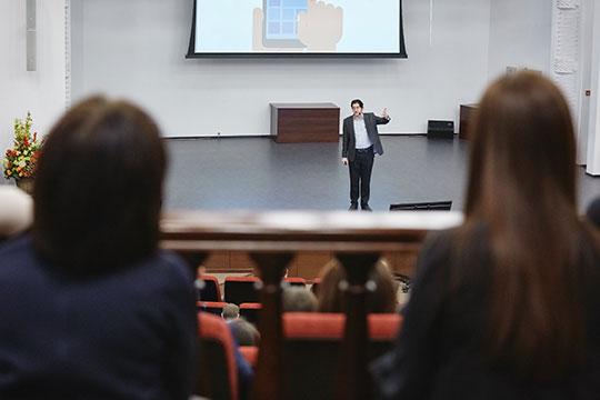 «Дерзайте. Яэто рекомендую всем своим студентам вСтэнфорде. Нотакже яэто рекомендую икрупным компаниям. Очень важно дерзать»,— подчеркнул Илья Стребулаев