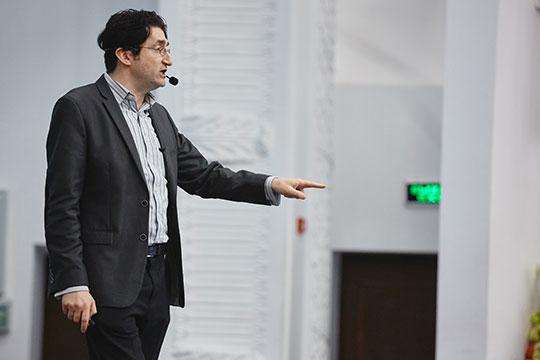 Пословам профессора, когда вСтэнфорде происходят дебаты между коллегами поповоду того как будет развиваться мир, главные споры касаются проблем госрегулирования исоциально-политических последствий этих изменений