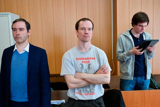 Первый осужденный в РФ за неоднократное нарушение правил проведения митингов Ильдар Дадин (в центре)