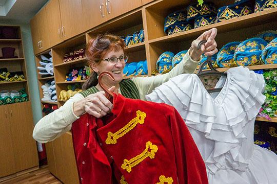 «Пошив осуществляется у нас — так дешевле, потому что если каждый самостоятельно обратиться в ателье, ценник за пошив костюма могут выставить по 15-20 тысяч рублей»