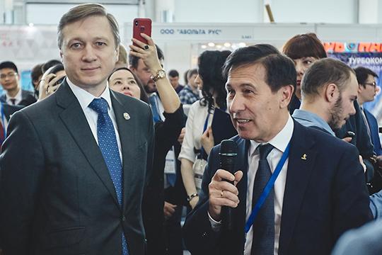 Представлять автогигант было поручено дважды победителю «Дакара», аныне замглаве КАМАЗа поразвитию иинновационным продуктамФирдаусу Кабирову (справа)