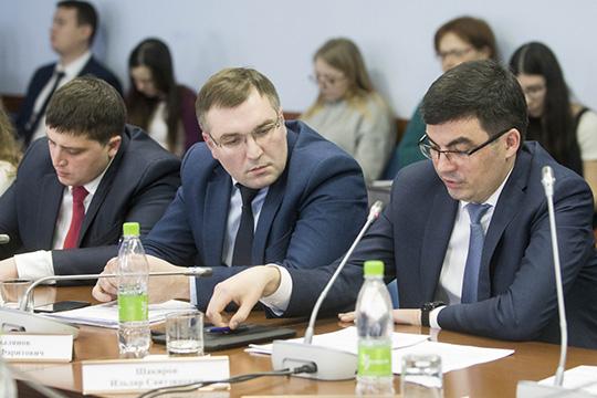 Ильдар Шакиров(справа) отметил, что вКазани законодательная база поконтролю заторговлей внестационарных торговых объектах вомногом схожа срассматриваемым законопроектом