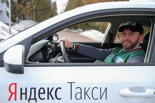 «Чтобы заказать машину со своим кумиром, нужно выбрать в приложении тариф «ХК Ак Барс», — сообщили нашему корреспонденту в пресс-службе «Яндекс.Такси»