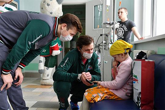 Небольшая группа игроков «Ак Барса» в конце марта посетила онкогематологическое отделение ДРКБ, встретившись с детьми и их родителями